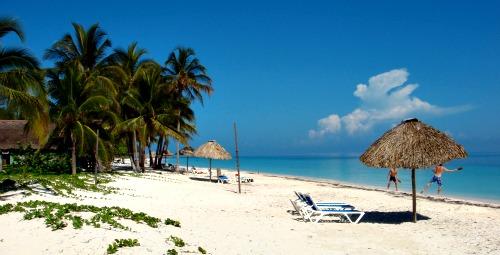 Fiji_resorts_beach_with_badminton_players
