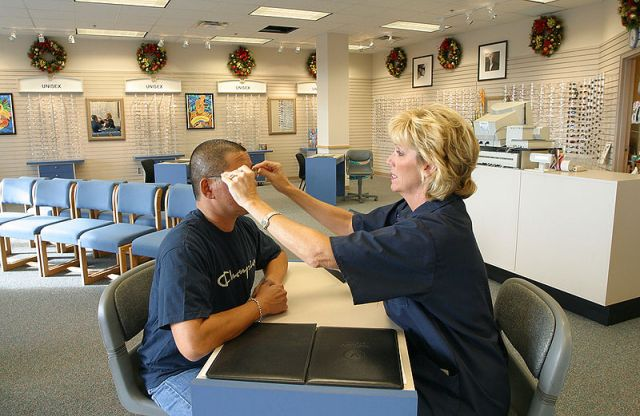 800px-us_navy_021029-n-3228g-001_adjusting_a_customers_eyeglasses